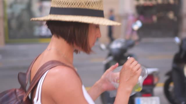 attraktiv kvinna resenären njuter av mat på gatan - sallad bildbanksvideor och videomaterial från bakom kulisserna