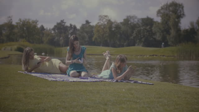 vídeos de stock e filmes b-roll de attractive women relaxing in nature in summer - amizade feminina