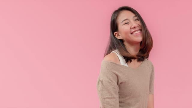 魅力的なの若いアジアの女性がタブレットやスマート フォンを使用して、web アプリケーションのオンライン ショッピング近代的なフィン ハイテク キャッシュレス支払いにデビット カード� - 通販点の映像素材/bロール