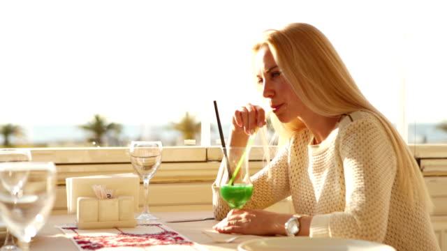 attraktive junge blonde mädchen mit frischen cocktail - tropischer cocktail stock-videos und b-roll-filmmaterial
