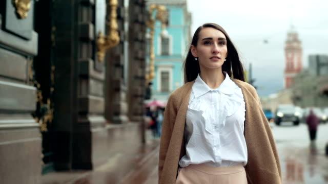 vídeos y material grabado en eventos de stock de empresaria joven atractivo pasear por la ciudad - moda de otoño