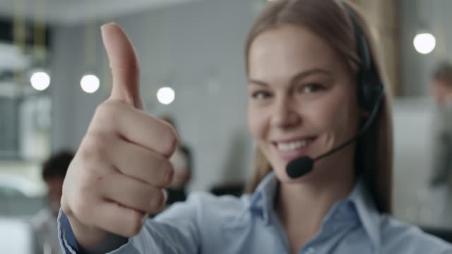 attraktive junge call center-agenten - callcenter stock-videos und b-roll-filmmaterial