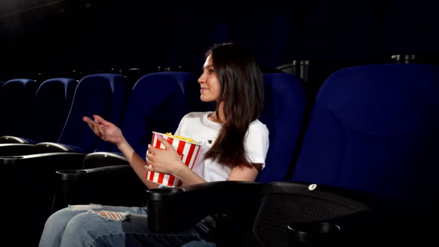 vídeos de stock e filmes b-roll de attractive young woman enjoying movies at the cinema - amizade feminina
