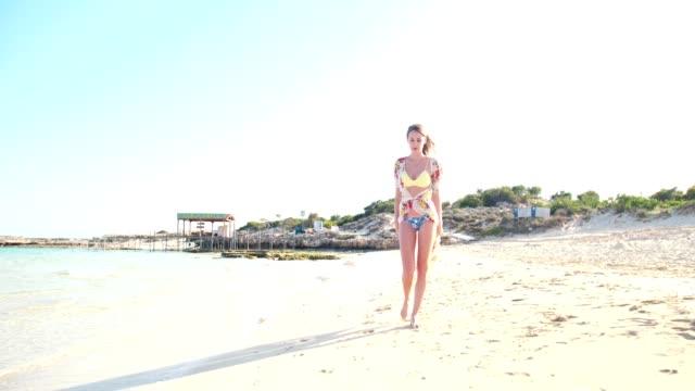 attraktiv ung kvinna i baddräkt promenader på tropiska ön semester - sarong bildbanksvideor och videomaterial från bakom kulisserna