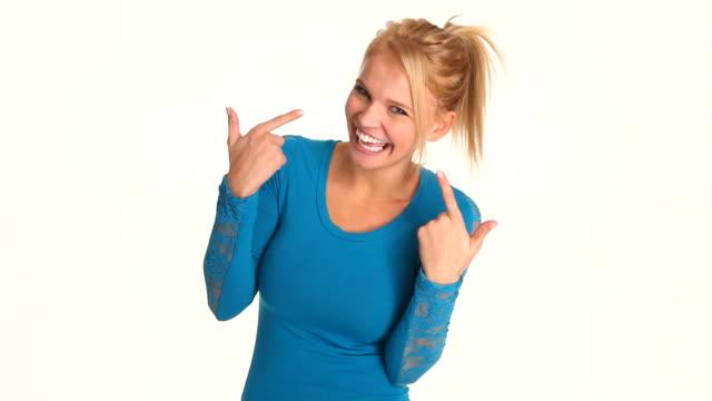 vídeos de stock e filmes b-roll de hd: atraente jovem mulher mostrando em branco dentes - dentes