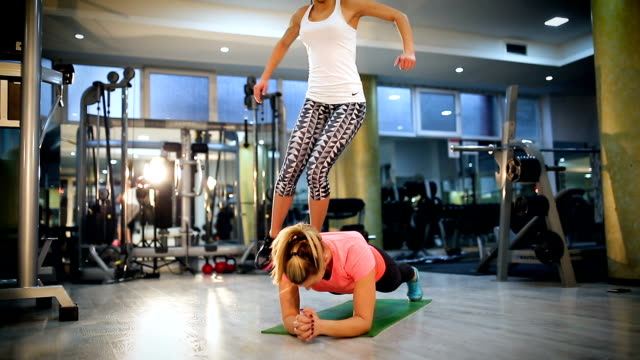 attractive young women exercising aerobic - donna forzuta video stock e b–roll