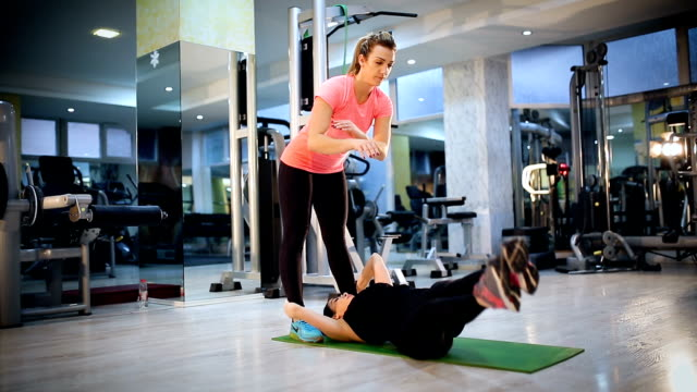 attractive young women exercising pilates at gym - donna forzuta video stock e b–roll