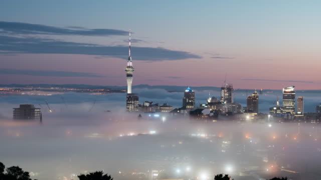 vídeos y material grabado en eventos de stock de auckland city fog - nueva zelanda