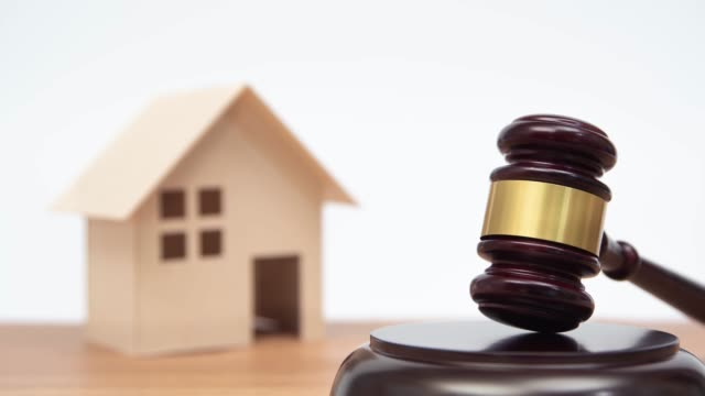 vídeos y material grabado en eventos de stock de concepto de subasta o ley. casa en miniatura sobre mesa de madera y juez de camello. - bancarrota