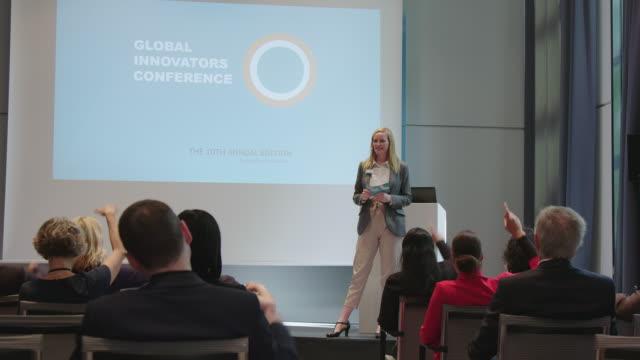 vídeos de stock e filmes b-roll de audience answering professional during conference - orador público