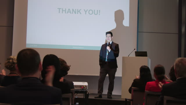 vídeos de stock e filmes b-roll de audience applauding for businessman in seminar - orador público