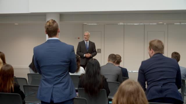 publiken applåderar högtalare efter konferensen presentation - affärskonferens bildbanksvideor och videomaterial från bakom kulisserna
