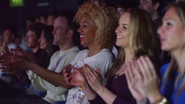 publiken klappar på night out - 20 24 år bildbanksvideor och videomaterial från bakom kulisserna