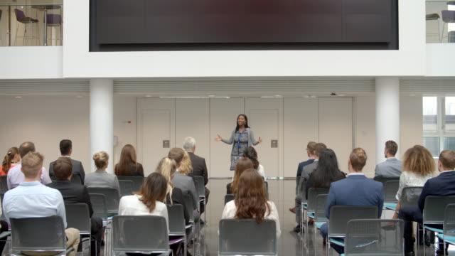vídeos de stock e filmes b-roll de audience listening to  speaker at conference presentation - orador público