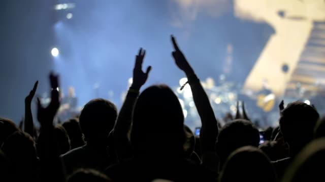 il pubblico accoglie la banda musicale spettacolo - comparsa video stock e b–roll