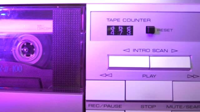 vidéos et rushes de cassette audio dans le lecteur. gros plan - hip hop