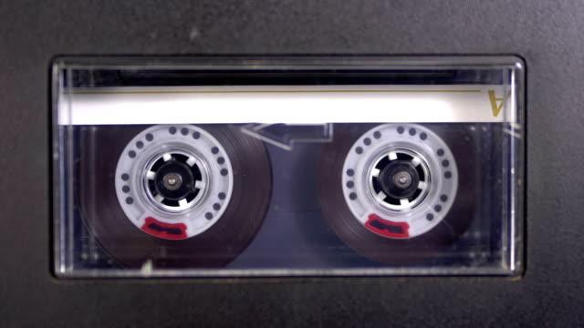 vídeos y material grabado en eventos de stock de el cassette de audio se inserta en el deck de la grabadora de audio reproduciendo y rota - disco audio analógico