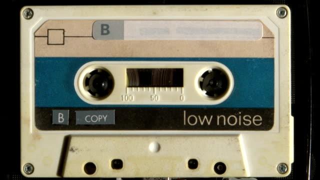 musicassetta riproduzione - mangianastri video stock e b–roll