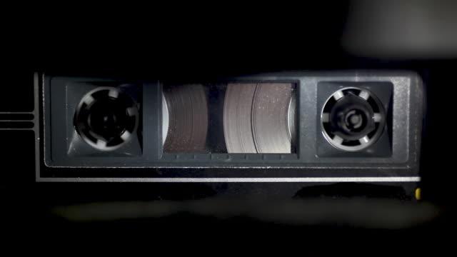 cassetta nastro audio, giocando - cassetta video stock e b–roll
