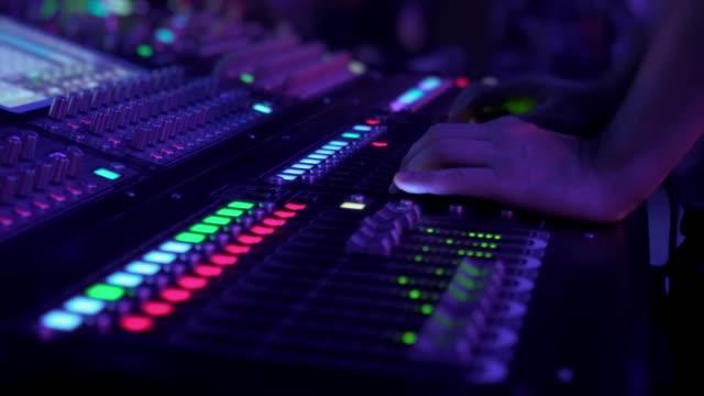 audio-mixer. der tontechniker passt den ton an. - aufnahmestudio stock-videos und b-roll-filmmaterial