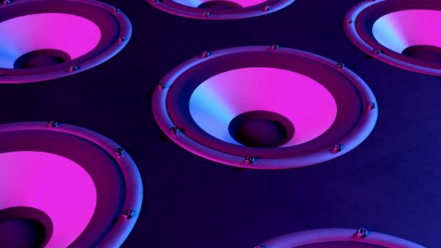 stockvideo's en b-roll-footage met audio speakers membranen afspelen van muziek op 90 bpm gestapeld in rijen naadloze lus - luidspreker