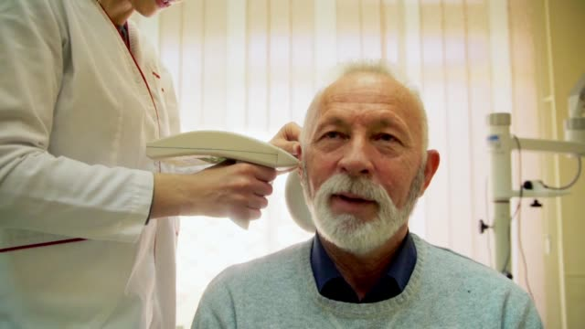 vídeos de stock, filmes e b-roll de exame de audiologia - surdo