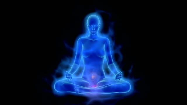 vídeos de stock, filmes e b-roll de aura, a ativação do chacra, a iluminação da mente em meditação - buda