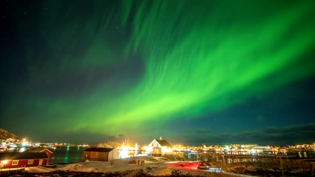 vídeos de stock e filmes b-roll de aurora borealis (northern lights) above fishing village in arctic ocean - reine
