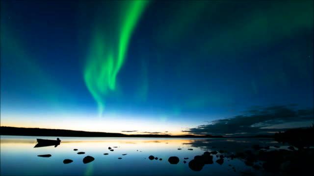 vídeos y material grabado en eventos de stock de aurora boreal después de la puesta de sol - canadá