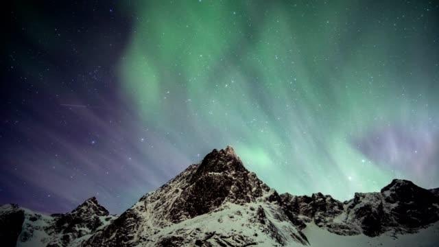 vidéos et rushes de aurores boréales se déplaçant sur une montagne enneigée aux îles lofoten - nord