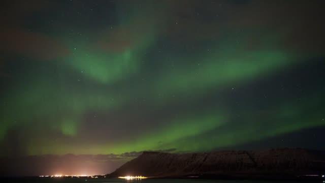 vídeos y material grabado en eventos de stock de aurora borealis en islandia - estrella del norte