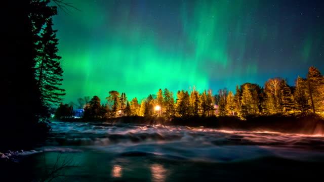 северное сияние на реку замедленная съемка онтарио, канада - онтарио канада стоковые видео и кадры b-roll