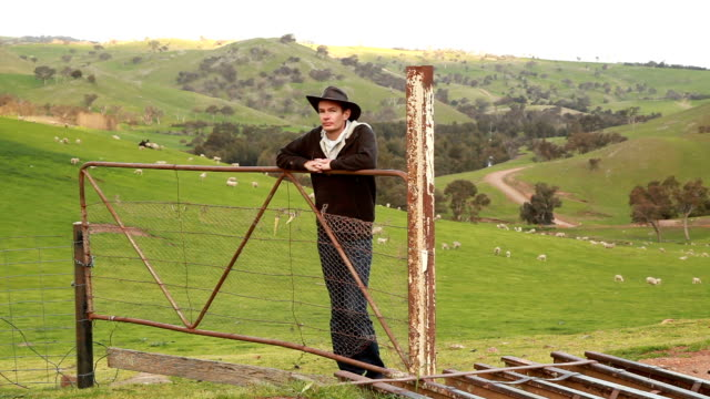 Aussie sheep farmer video
