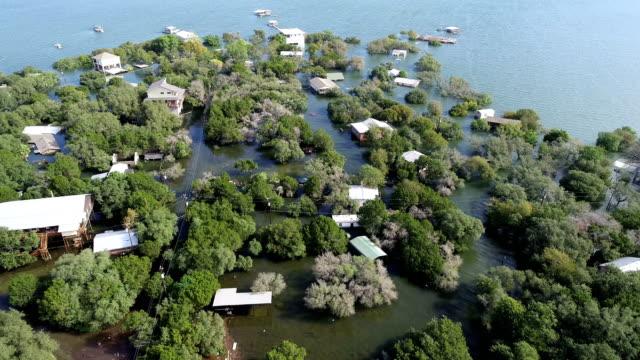 オースティンの湛水の下で全体のコミュニティの上の軌道と家から湛水とホーム - ダメージ点の映像素材/bロール