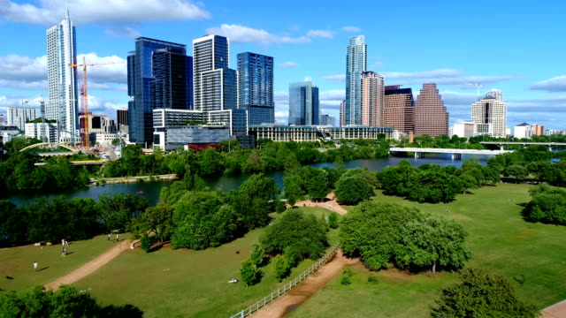 講堂の海岸公園ダウンタウン夏空撮上記米国テキサス州オースティン - 緑 ビル点の映像素材/bロール