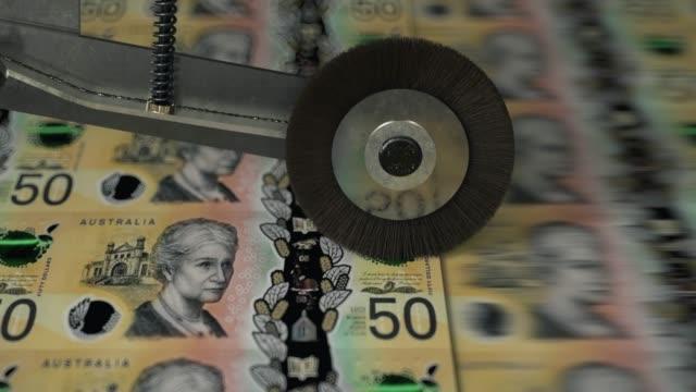 australische 50-dollar-banknoten gedruckt - geldschein stock-videos und b-roll-filmmaterial