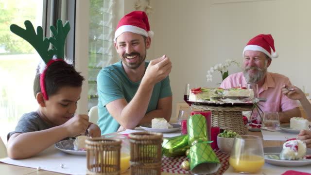 australian family enjoying the pavlova cake at christmas lunch - pranzo di natale video stock e b–roll