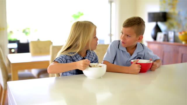 vídeos de stock, filmes e b-roll de câmera em movimento: australian crianças café-da-manhã antes de escola - comida feita em casa