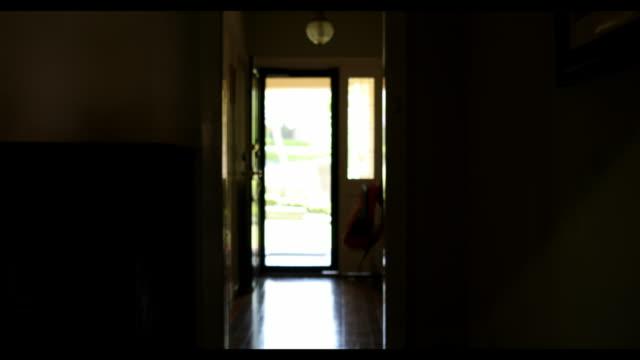 australiska skolbarn lämnar för skolan - ytterdörr bildbanksvideor och videomaterial från bakom kulisserna