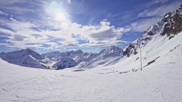 vídeos de stock, filmes e b-roll de pov: estância de esqui alpes austríacos em kuehtai - tyrol state austria