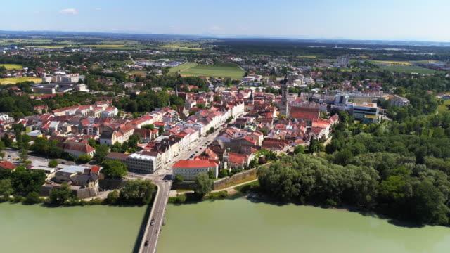 vídeos de stock, filmes e b-roll de cidade austríaca de braunau am inn, como visto da alemanha - áustria