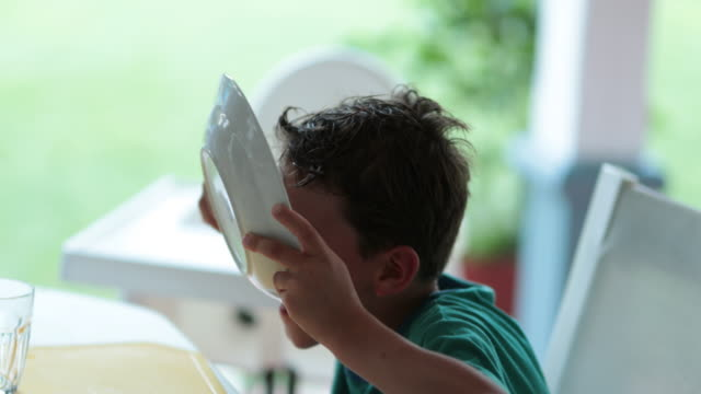 äkta pojke barn efterbehandling tallrik med mat, hungrig unge slickar tallrik - empty plate bildbanksvideor och videomaterial från bakom kulisserna