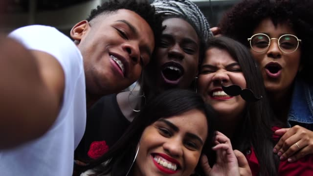 äkta grupp av olika vänner tar en selfie - 20 29 år bildbanksvideor och videomaterial från bakom kulisserna