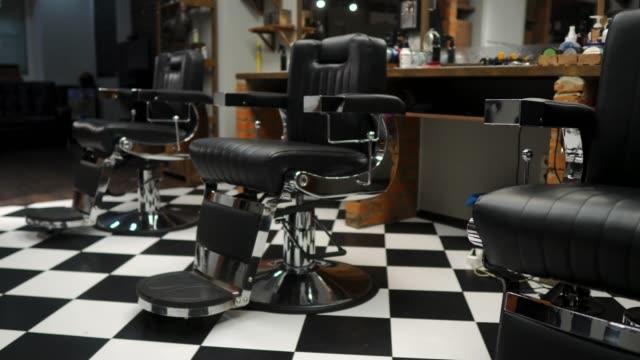 authentische haarschnitt für männer. friseursalon im retro-stil. steadicam-schuss - antique shop stock-videos und b-roll-filmmaterial