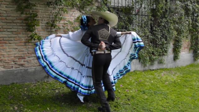 vídeos de stock, filmes e b-roll de autêntico mexicano adelita e charro casal dançando - tradição