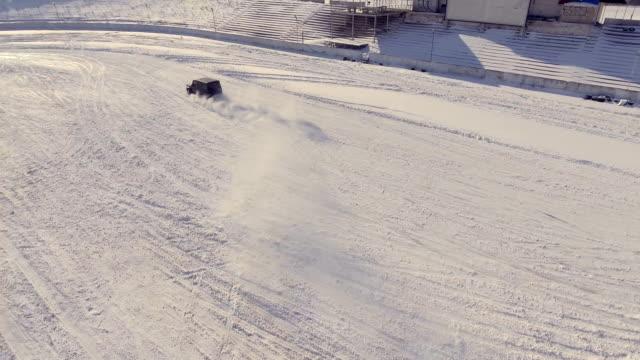 vídeos y material grabado en eventos de stock de auto de drifting en la nieve off-road, vista aérea - nieve amontonada