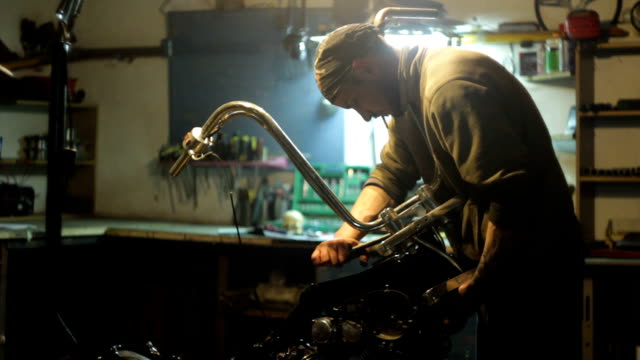 Auto mechanic assembles custom motorcycle in his workshop video