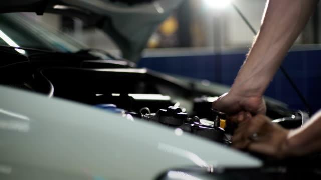 vídeos y material grabado en eventos de stock de motor de reparación de mecánico automático - reparador