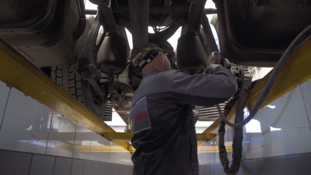 bilmekaniker reparerar lastbilsfjädring - mekaniker bildbanksvideor och videomaterial från bakom kulisserna