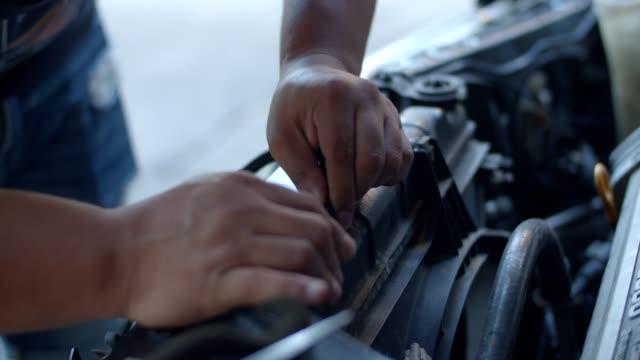 auto mekaniker arbetar på bil motor - svarv bildbanksvideor och videomaterial från bakom kulisserna